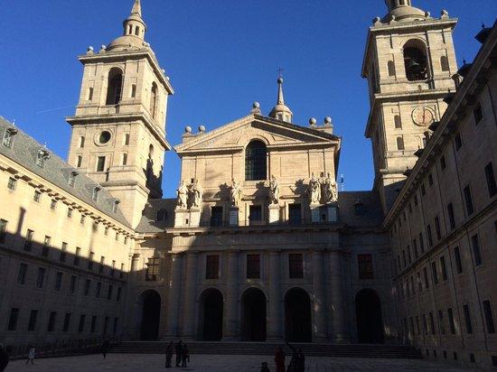 Monasterio y Sitio de San Lorenzo de El Escorial: Patio Basilica-2