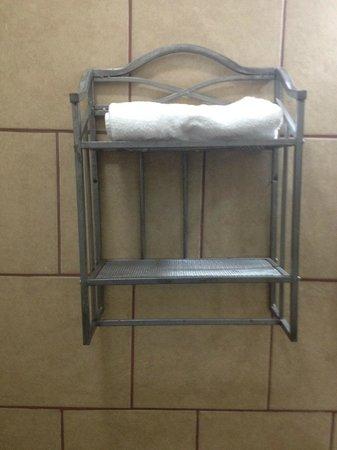 Hotel Mozonte : Organizador y espejo están de lado.  Mal instalados