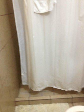 Hotel Mozonte : La cortina es muy corta,  el agua salpica al exterior
