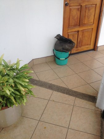 Hotel Mozonte: El equipo de aseo, lo empujan con el pié porque la encargada lleva otras cosas en las manos