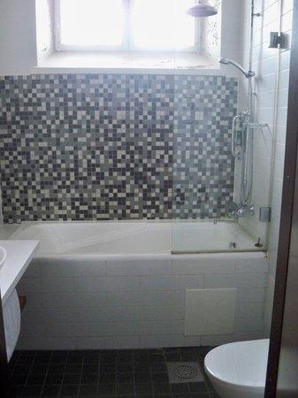 Hotel Katajanokka: very high bathtub