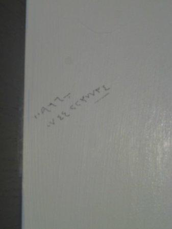 Maida Vale Aparthotel: Scritte sul muro