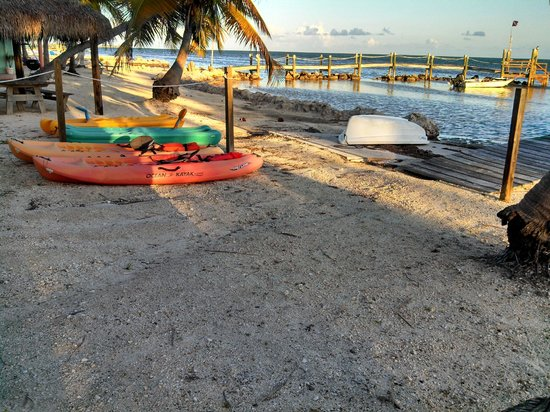 Seashell Beach Resort: Beach with free Kayaks for guest use