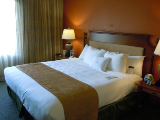 Doubletree Suites by Hilton Naples: Comfy bed