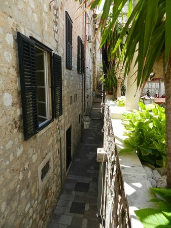 Restaurant Dubrovnik : tiny streets in the old city of Dubrovnik, taken from the terrace