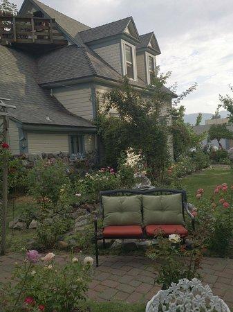 Dream Inn Mount Shasta: 手入れされた裏庭