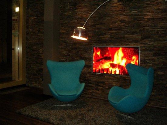 Motel One Berlin-Ku'damm: los sillones del estar del lobby