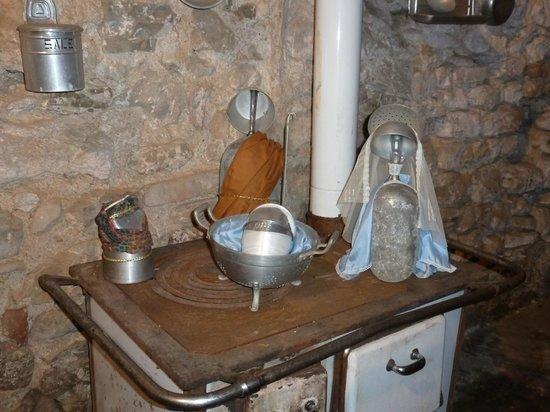 Presepe all\'interno di una vecchia cucina con antichi utensili ...