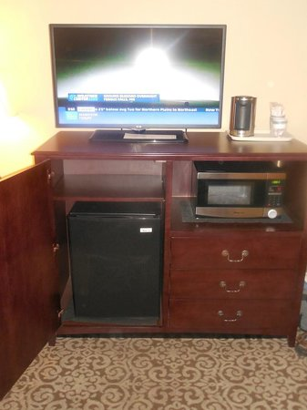 Best Western Plus Intercourse Village Inn & Suites : TV, Refrigerator, Microwave oven, and Coffee Maker