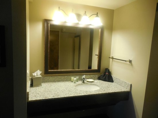 Best Western Plus Intercourse Village Inn & Suites : Mirror and sink outside of bathroom