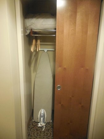 BEST WESTERN PLUS Intercourse Village Inn & Suites: Ironing board
