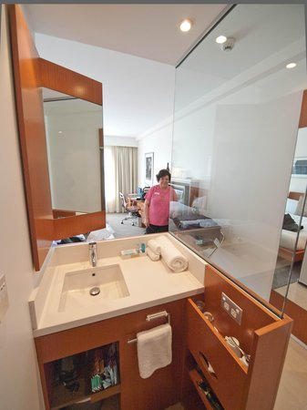 Novotel Christchurch Cathedral Square Hotel: Sink, mirror, and coffe/bar - notice the swivel mirror