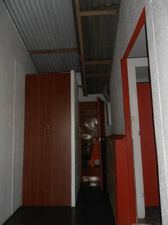Camping Mihinoa : entrada al dorm y baños