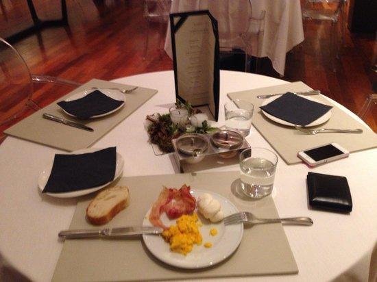 I Portici Hotel : Crumble egg, bacon e treccia di mozzarella e mise en place/colazione