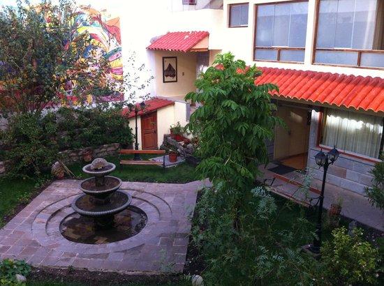 Hotel Taypikala Cusco: Jardim interno