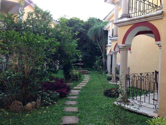 Ecotel Quinta Regia: Yard between buildings
