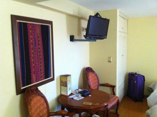Hotel Taypikala Cusco: Mesinha com TV
