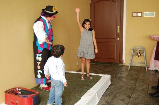 Holiday Inn San Salvador: al fondo se ve la puerta del salón donde había otro evento que interrumpio el nuestro