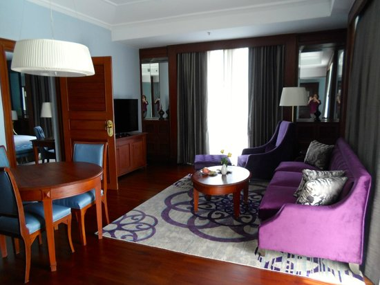 Chatrium Hotel Royal Lake Yangon: Living/dining room of my suite
