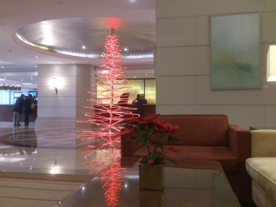 Corinthia Hotel Lisbon: Christmas tree in lobby