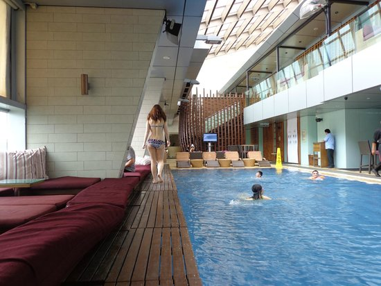 Skybar swimming pool picture of traders hotel kuala - Best hotel swimming pool in kuala lumpur ...