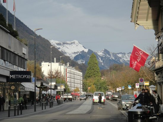 Metropole Hotel Interlaken: Rua em frente ao hotel