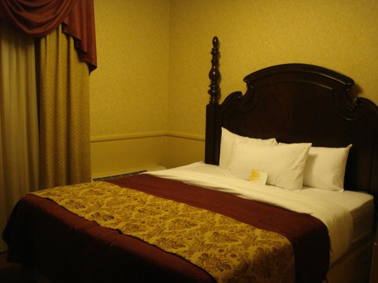 Azure Hotel & Suites Ontario Airport : Poster Beds