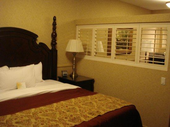 Azure Hotel & Suites Ontario Airport : Sleeping Quarters
