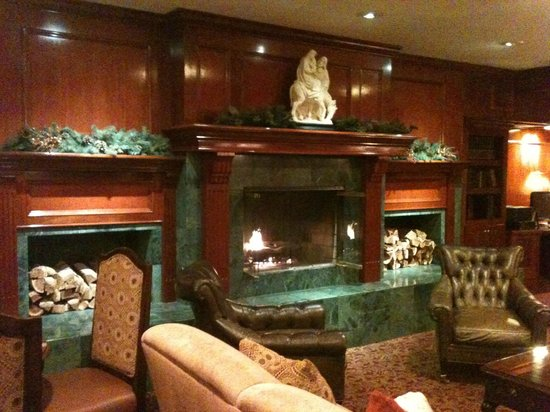 Azure Hotel & Suites Ontario Airport : Lobby Fireplace