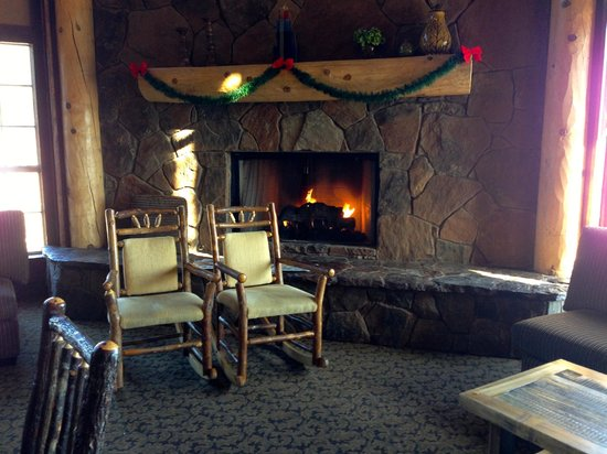 Comfort Inn Flagstaff: Fireplace in the great room