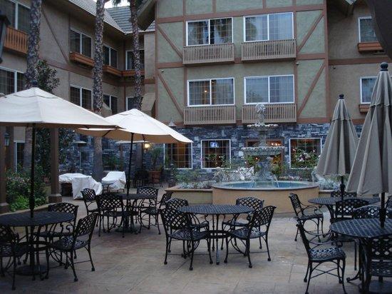 Azure Hotel & Suites Ontario, A Trademark Collection Hotel: Courtyard