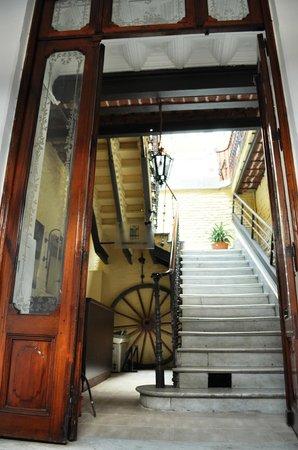 Homstel Soleil : Entrada con escalera de marmol de Carrara