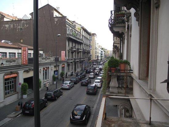 Ostello Bello Grande : Vista da Via Lepetit em direção à Via Napo Torriani vista da sacada