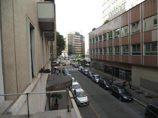 Ostello Bello Grande : Via Lepetit em direção à Estação Central vista da sacada do quarto