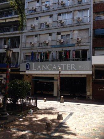 Lancaster Hotel: Faixada do hotel. Tem uma praça onde estacionamos o carro alugado.