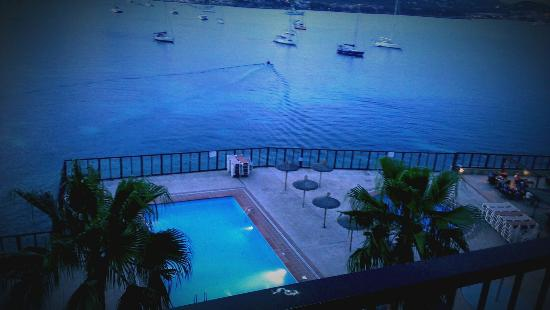 Alua Hawaii Mallorca & Suites : Stunning photo of pool area as the the sun is going down