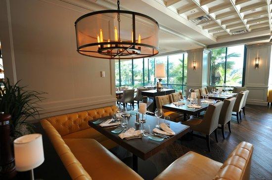 Vernon's Restaurant: Comfortable & Spacious Seating