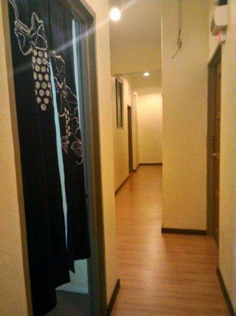 Ajit Guest House & Hotel: Wooden floor corridor..