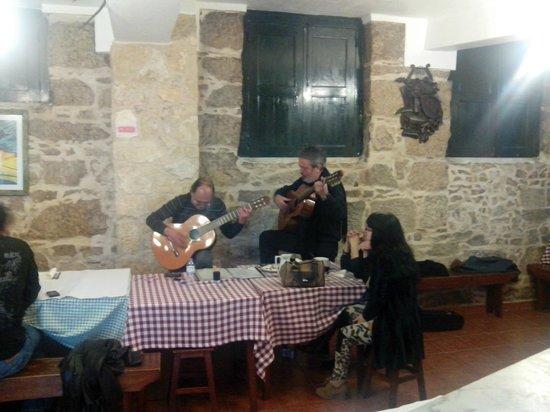 Tasquinha do Queirós : Grupo de cantares de intervenção que animou a noite