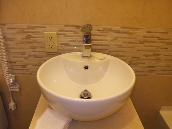 Pointe Plaza Hotel: Bathroom