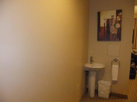 Pointe Plaza Hotel : Hallway pedestal sink