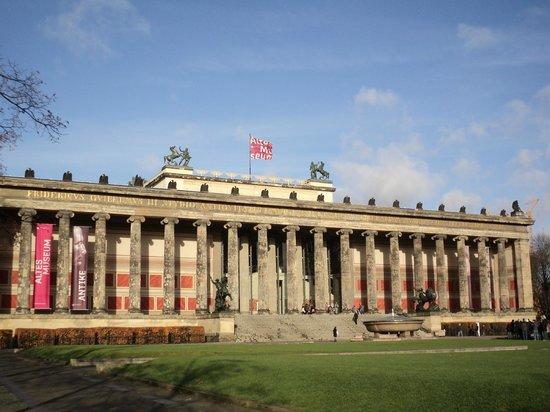 foto de berlin cathedral berl n las estatuas del puente del palacio sobre el r o spree. Black Bedroom Furniture Sets. Home Design Ideas