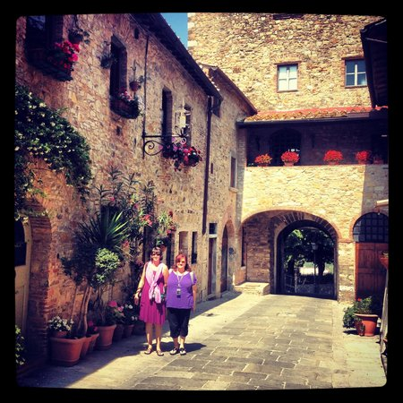 Tuscan Wine Tours - Day Tours: Strolling through town...