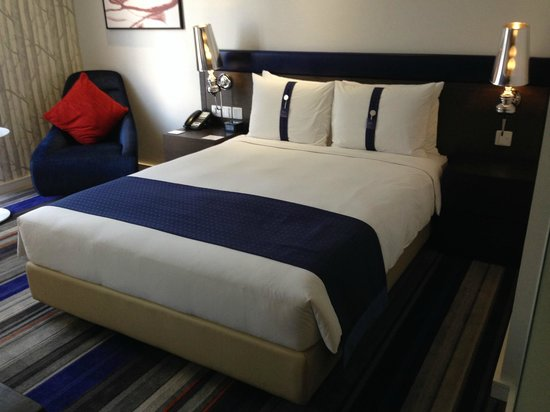 Holiday Inn Express Bangkok Siam: Queen Size Bed with different Pillows
