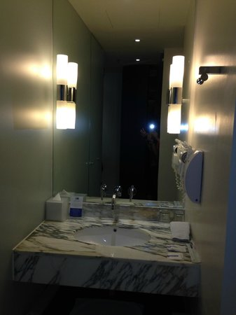 Holiday Inn Express Bangkok Siam: Vanity of Room Toilet