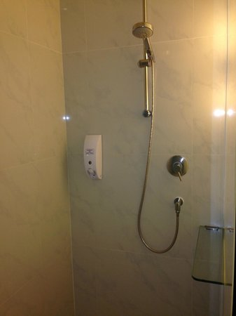 Holiday Inn Express Bangkok Siam: Shower with shampoo and Shower Soap Dispenser