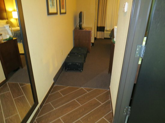 Comfort Inn: Luggage had to go on the door, no luggage rack available