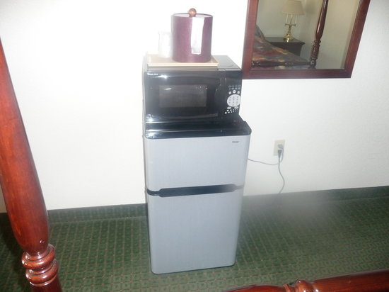 KC Motel : FRIDGERATOR AND MICROWAVE