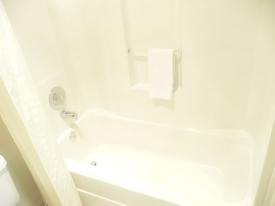 KC Motel: BATHTUB AND SHOWER