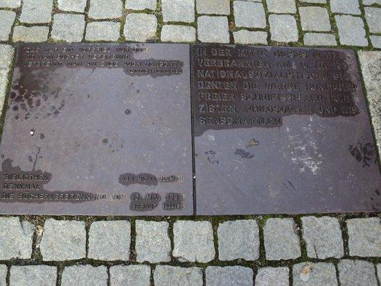 Bebelplatz: la placa con la cita de Heine: Allí donde se queman los libros, se acaba por quemar a los hombre